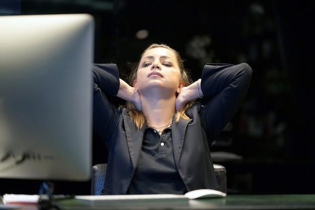 コンピューターの前でストレスの女性。