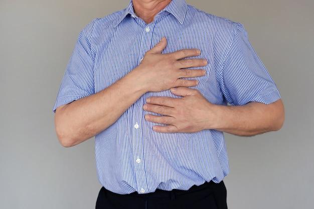 老人の胸の痛み