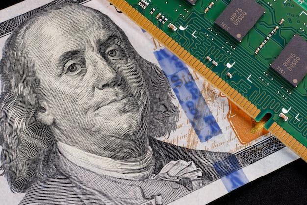 Франклин с тревогой смотрит на модуль оперативной памяти. концепция замены денежных средств электронными деньгами.