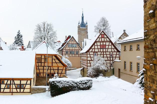 ドイツのバートヴィンプフェンにある歴史的な中世の木組みの家と古い塔。