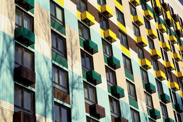 住宅地の大きなカラフルなマンション