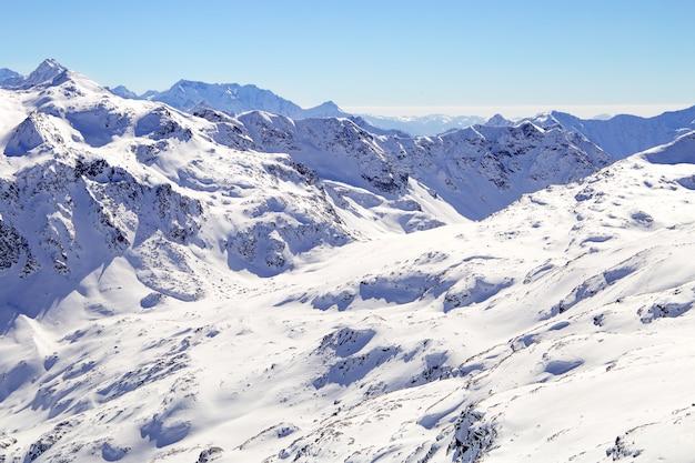 冬の雪の下の高山。ヨーロッパアルプスのスキーリゾートの斜面