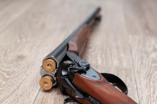 Ретро охотничье ружье с дробовиком на деревянном