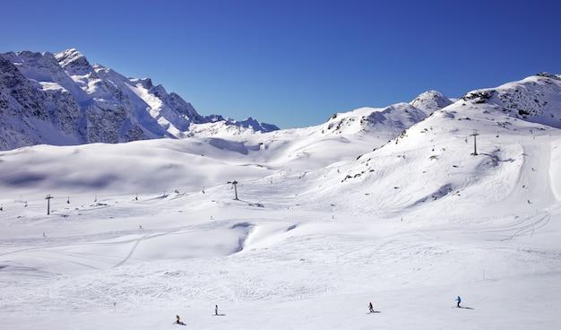 冬の山々、パノラマ-イタリアアルプスの雪を頂いたピーク