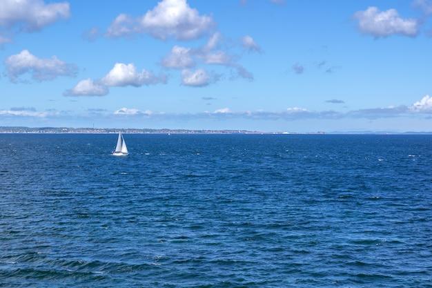 Парусник плывет возле швеции на балтийском море