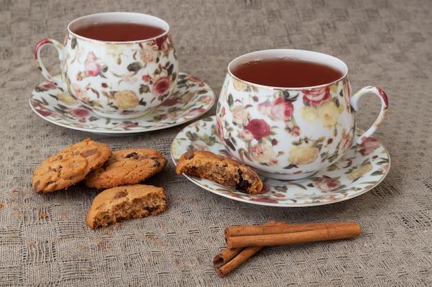 Чашка чая с крекерами и корицей