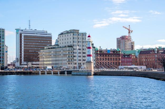 Красный полосатый маяк в мальме на юге швеции