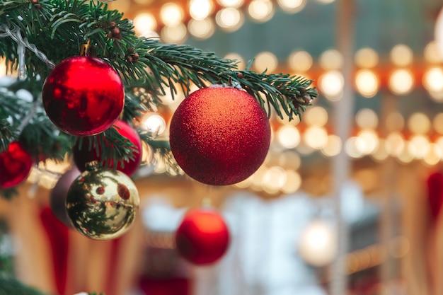 お祝いのクリスマスイルミネーションとルッシのモスクワの通りの装飾