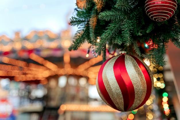 クリスマスツリーとロシア赤の広場のメリーゴーランド