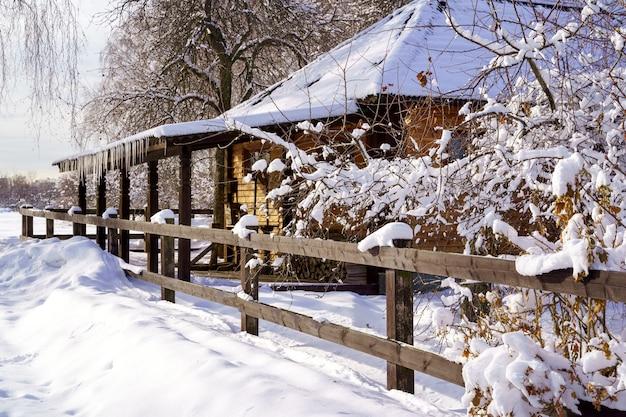 雪に覆われた冬のパノラマ風景の冬の家