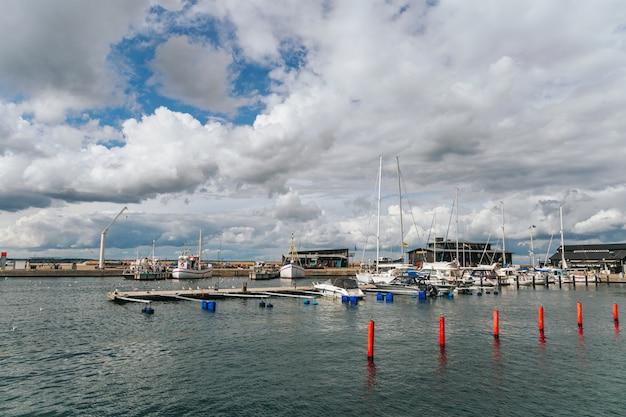 Новая пристань для яхт в прибрежном городе хельсингборг, южная швеция.