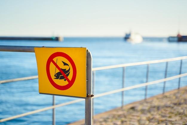 Никакой рыболовный знак с морем и кораблем
