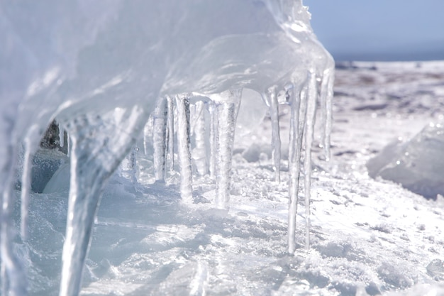 つららと透明な氷。バイカル湖の冬時間