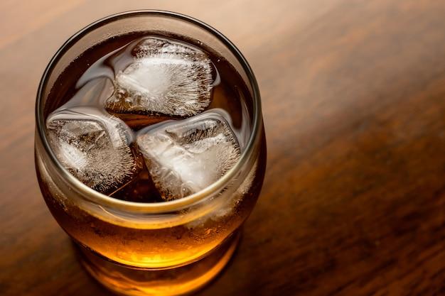 氷でアルコール茶色の飲み物