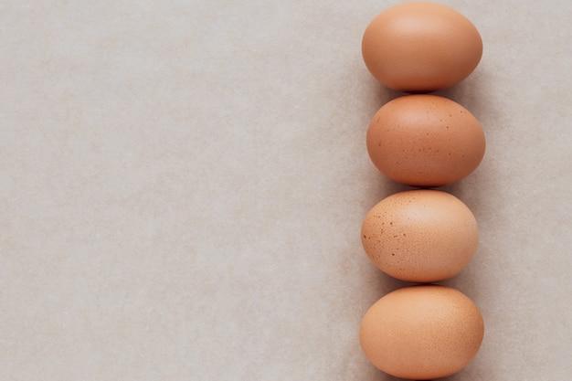 Коричневые яйца на нейтральном фоне.