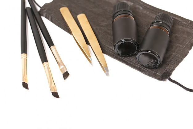 眉毛を整形するためのツール。