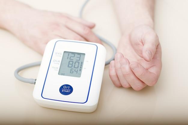 Измерение артериального давления электронным тонометром.