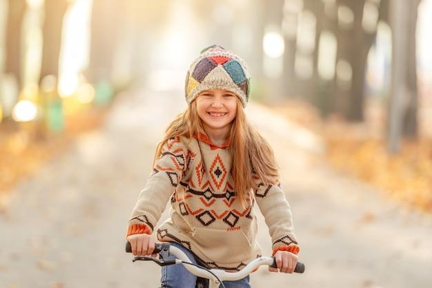 自転車で笑顔の女の子