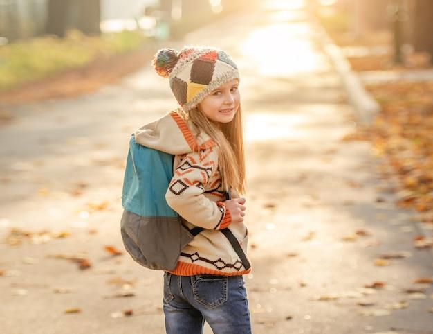 Маленькая девочка идет в школу