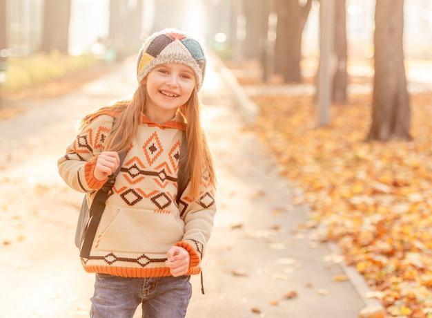 Счастливая девушка возвращается из школы