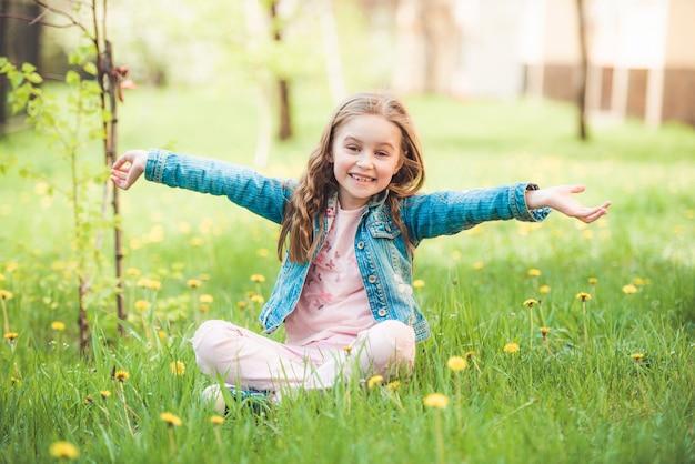 夏の日を楽しんでいる小さなプレティーンの女の子