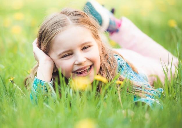 草の上に敷設する少女