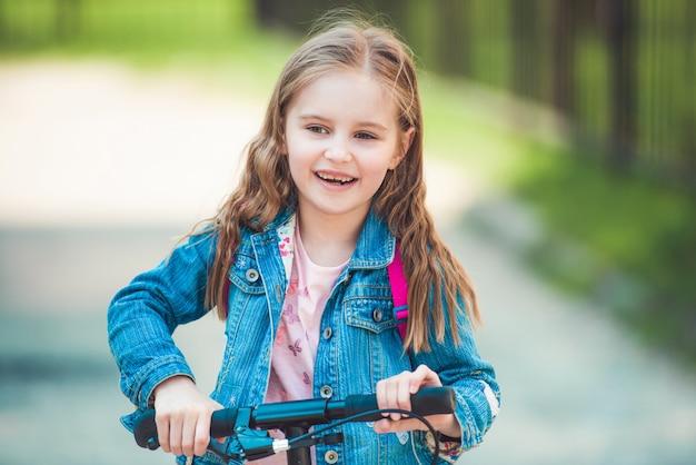 公園での乗車を楽しむ子供