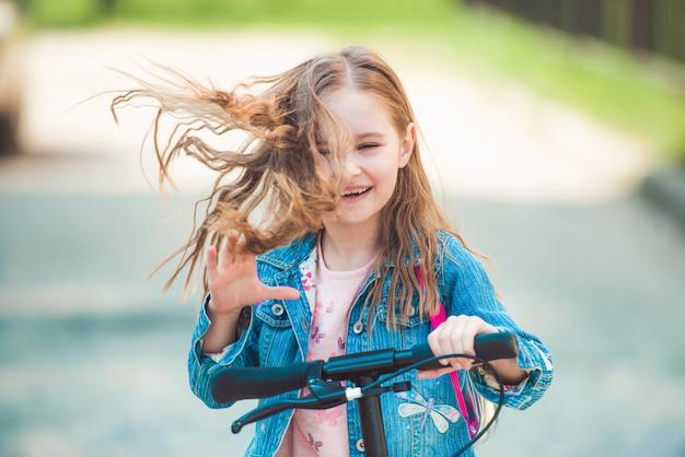 小さなスクーターに乗る少女