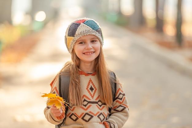 Симпатичная школьница с листьями