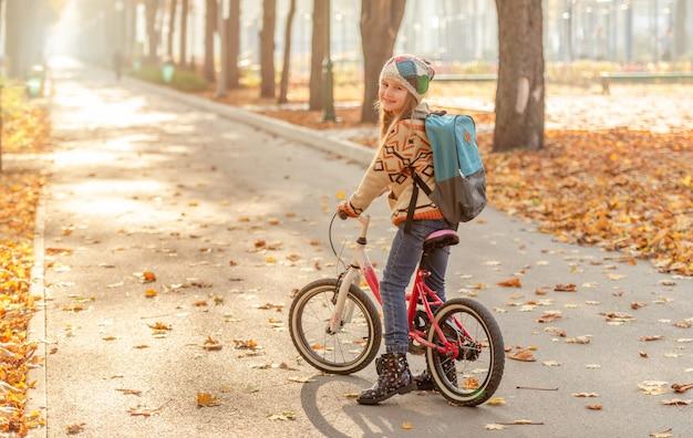 公園で自転車に乗って幸せな女の子
