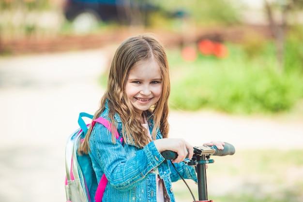 スクーターに乗って小さな女の子