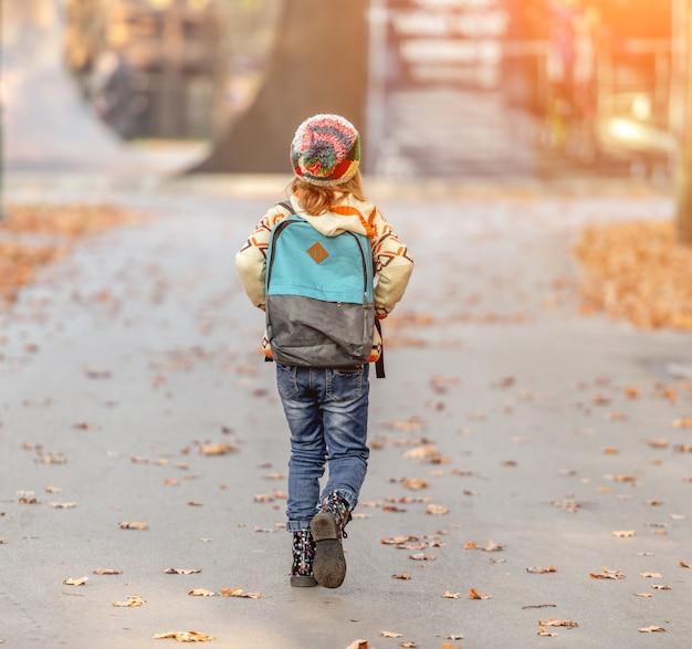 学校から行く少女
