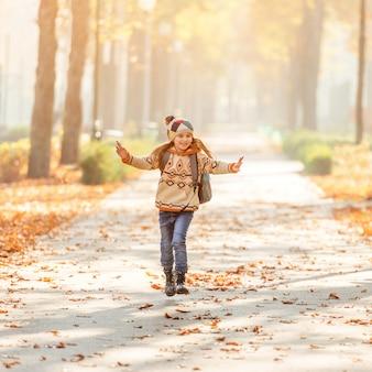 秋の公園で小学生の笑顔