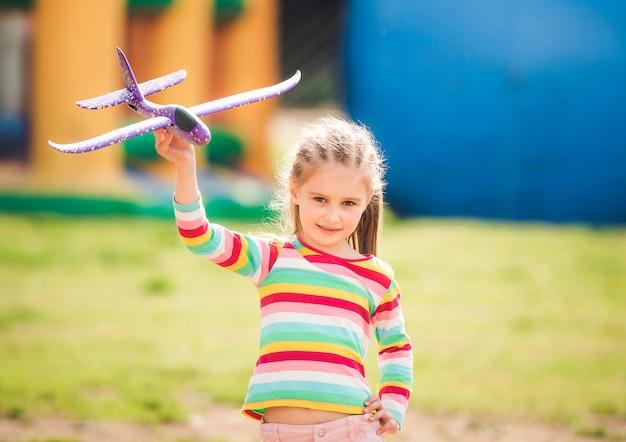 おもちゃの飛行機で遊ぶ子供