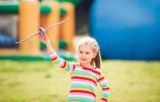 Малыш играет с игрушечным самолетом