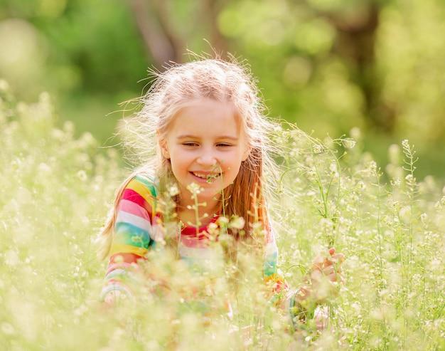 Ребенок отдыхает на зеленом поле