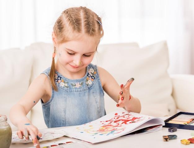 Ребенок смешивает цвета на руках