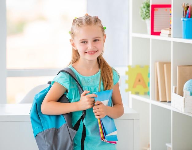 Девушка готова пойти в школу