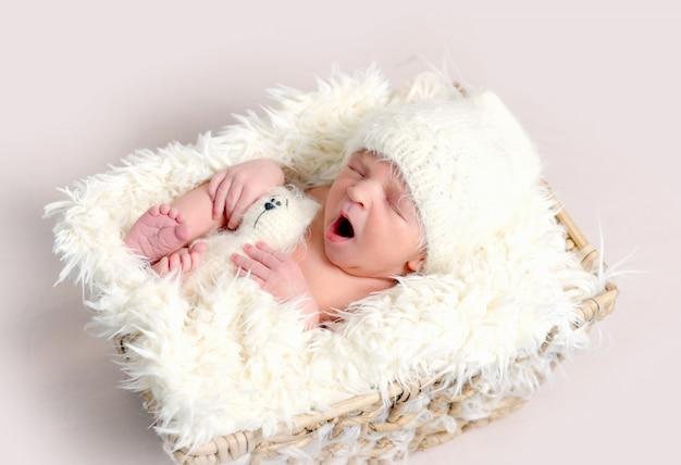 Милый спящий новорожденный ребенок зевая