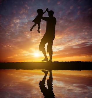 赤ちゃんの娘と遊ぶお父さん