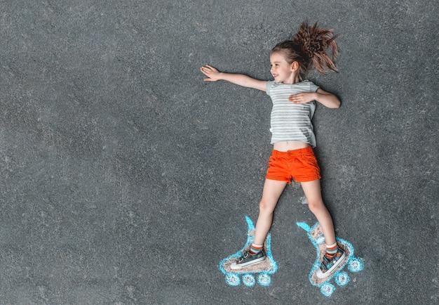 チョークで描かれた甘い女の子ローラースケート