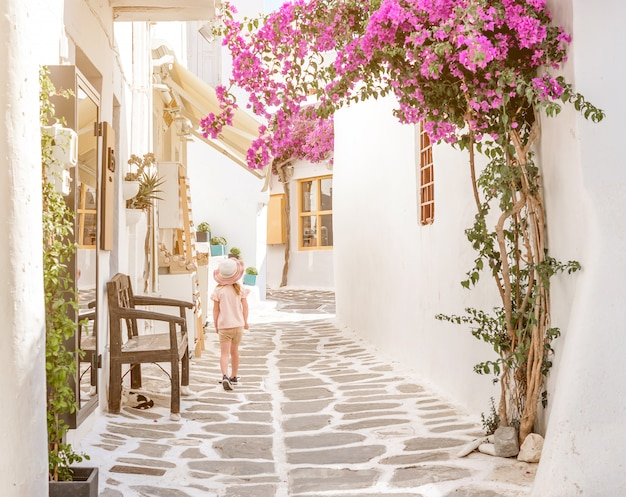 ギリシャの狭い路地を歩く少女