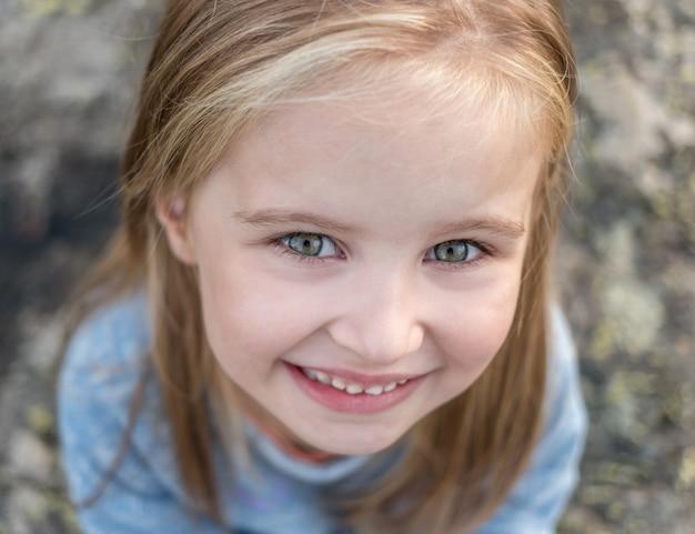 Портрет счастливой маленькой девочки