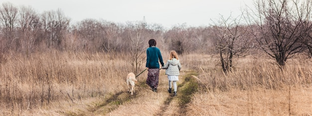 母と娘の散歩犬