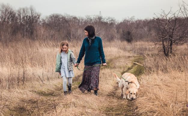 自然の中で犬と一緒に散歩
