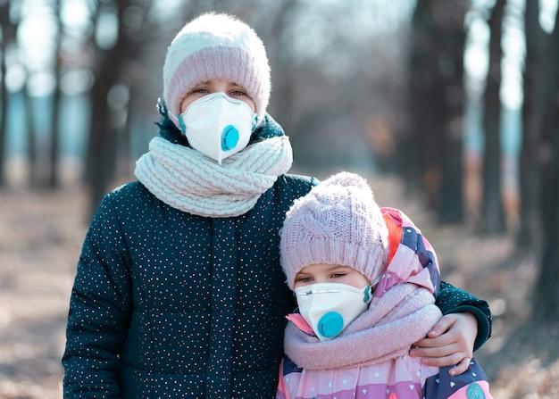 公園で防護マスクを着ている姉妹