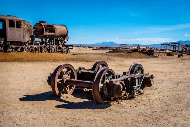 古い壊れた機関車シャフト、ウユニ、ボリビア