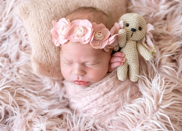Сонный новорожденный в постели