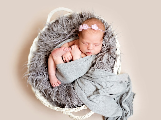Новорожденный ребенок в гнезде кровати