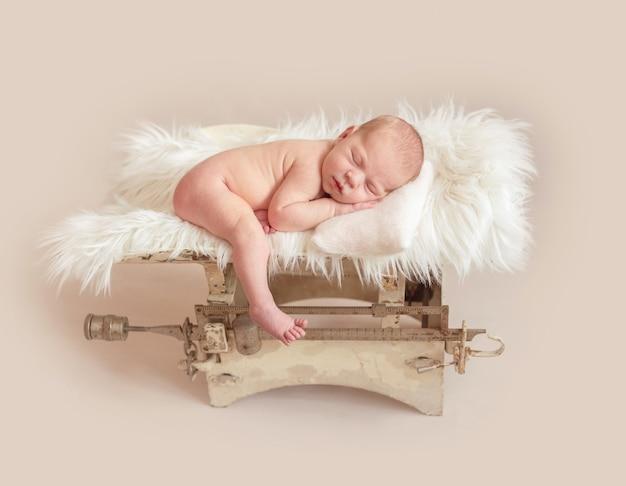 体重計で生まれたばかりの赤ちゃん